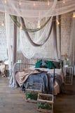 Interior blanco del dormitorio con la cama del toldo Imagen de archivo