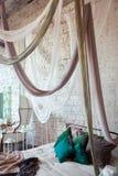 Interior blanco del dormitorio con la cama del toldo Foto de archivo