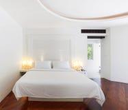 Interior blanco del dormitorio principal foto de archivo