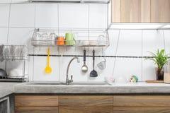 Interior blanco del fregadero de cocina en cocina Fotos de archivo