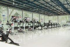 Interior blanco del gimnasio con el equipo Gimnasia de la aptitud fotos de archivo libres de regalías