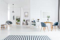 Interior blanco espacioso de la sala de estar imagenes de archivo