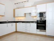 Interior blanco moderno de la cocina Foto de archivo libre de regalías