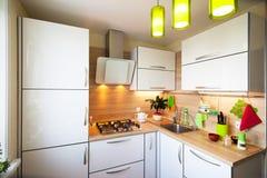 Interior blanco y marrón para la pequeña cocina Imágenes de archivo libres de regalías
