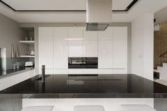 Interior blanco y negro de la cocina fotos de archivo