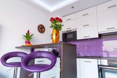 Interior blanco y púrpura de la cocina Fotos de archivo libres de regalías