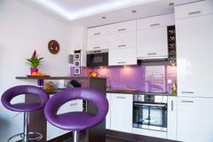 Interior blanco y púrpura de la cocina Imagen de archivo libre de regalías