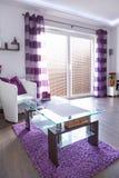Interior blanco y púrpura moderno de la sala de estar Imagenes de archivo