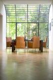 Interior bonito da cozinha na casa luxuosa nova: Tabela da sala de jantar imagens de stock
