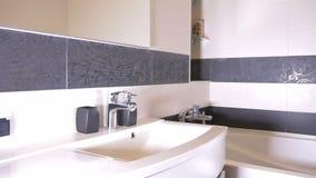 Interior bonito de um apartamento moderno do banheiro vídeos de arquivo
