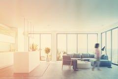 Interior branco com uma barra, azul da sala de visitas, menina Imagem de Stock