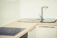 Interior branco contemporâneo da cozinha  Imagem de Stock Royalty Free
