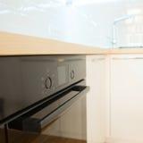 Interior branco contemporâneo da cozinha. fim acima Fotografia de Stock Royalty Free
