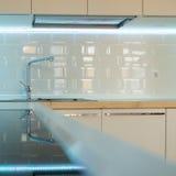 Interior branco contemporâneo da cozinha. fim acima Foto de Stock