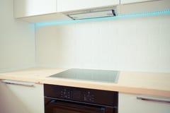 Interior branco contemporâneo da cozinha. fim acima Foto de Stock Royalty Free
