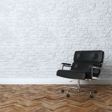 Interior branco da parede de tijolo com a poltrona de couro preta do escritório Foto de Stock Royalty Free