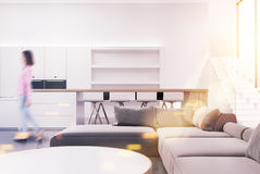 Interior branco da sala de visitas, sofá, menina Foto de Stock Royalty Free