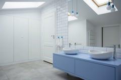 Interior branco e azul do banheiro fotografia de stock