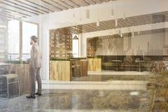 Interior branco e de madeira da barra do eco, homem de negócios Imagem de Stock