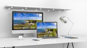 Interior branco moderno da mesa com o renderin do computador e dos dispositivos 3D Foto de Stock