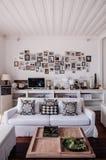 Interior branco moderno tropical da sala de visitas do tom da casa de praia fotos de stock royalty free