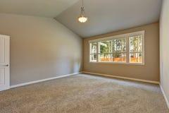 Interior brandnew da construção da casa Sala vazia com teto arcado Imagem de Stock Royalty Free