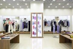 Interior brandnew da loja de pano imagens de stock royalty free