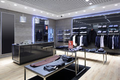 Interior brandnew da loja de pano fotos de stock royalty free