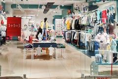 Interior brandnew elegante da loja de pano das crianças foto de stock