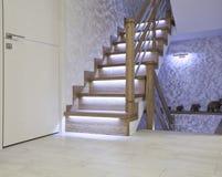 Interior brilhante com a escada do carvalho com backlighting do diodo emissor de luz imagem de stock royalty free