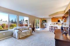 Interior brilhante da casa Sala de visitas com área da cozinha Imagem de Stock