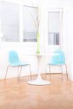 Interior brillante blanco de la sala de estar con las flores decorativas en Fotografía de archivo libre de regalías