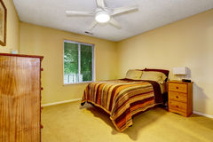 Interior brillante del dormitorio con lecho pelado Foto de archivo