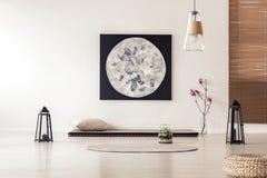 Interior brillante y simple del dormitorio con la estera de tatami asiática del estilo b foto de archivo libre de regalías