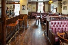 Interior britânico tradicional do bar fotos de stock royalty free