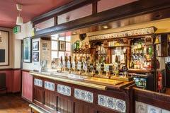 Interior britânico tradicional do bar foto de stock