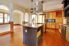 Interior casero de lujo de la nueva construcción. Cocina con los detalles hermosos. Fotografía de archivo libre de regalías