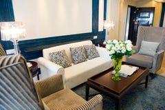 Interior casero moderno de la sala de estar Fotos de archivo libres de regalías