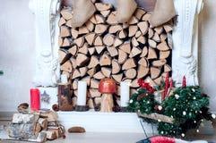 Interior casero Un cuarto con una chimenea y una Navidad adornado Imagenes de archivo