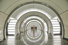 Interior central del pasillo de la estación del ` de Fonvizinskaya del ` de la línea de Lublinsko-Dmitrovskoy del metro de Moscú imagenes de archivo