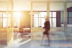 Interior cinzento da sala de reunião, entrada do escritório tonificada Imagens de Stock