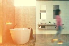 Interior cinzento do banheiro, lado, menina Foto de Stock Royalty Free