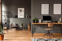 Interior cinzento do escritório domiciliário foto de stock