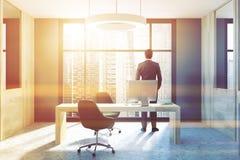 Interior cinzento e de madeira do escritório do CEO, homem de negócios Imagens de Stock Royalty Free