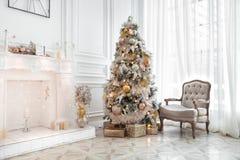 Interior clásico de la Navidad blanca Fotografía de archivo libre de regalías