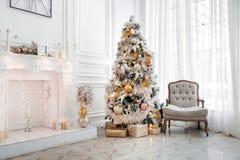 Interior clásico de la Navidad blanca Imagen de archivo libre de regalías