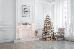 Interior clásico de la Navidad blanca Fotos de archivo libres de regalías