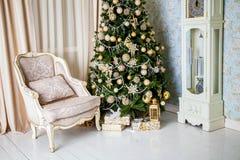 Interior clásico de la Navidad blanca Imagenes de archivo