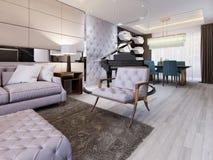 Interior clásico de la sala de estar con el sofá y butaca y mesa de comedor con el piano stock de ilustración