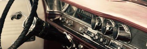 Interior clásico del coche fotos de archivo